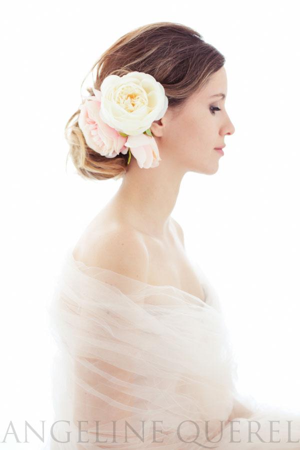 Nathy est mise en beauté, porte des roses en tissu et un corsage en tulle, disponible au studio.