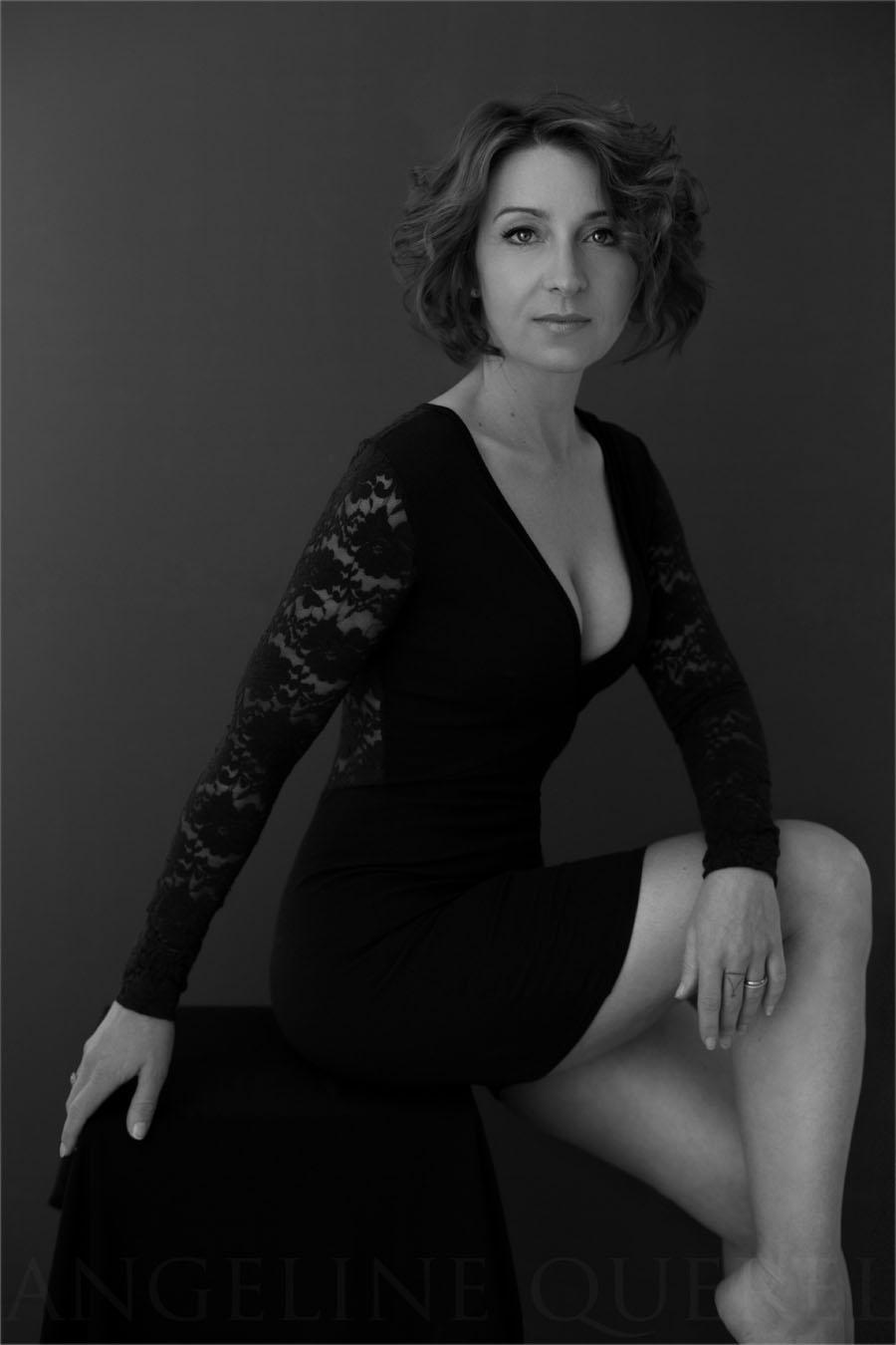 Une autre tenue du studio. Une robe qui met superbement en valeur la silhouette.